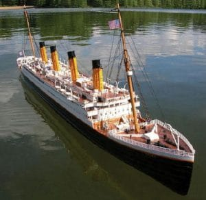 bateau radiocommandé miniature